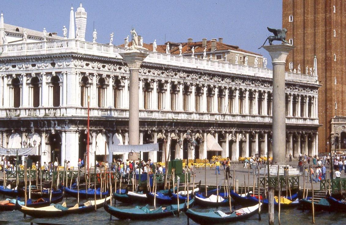 Vista de la Biblioteca Marciana de Sansovino desde la laguna, junto a dos columnas de la Piazzetta. Foto: Peter J.StB.Green. Tomada en 2000. (Wikimedia Commons)