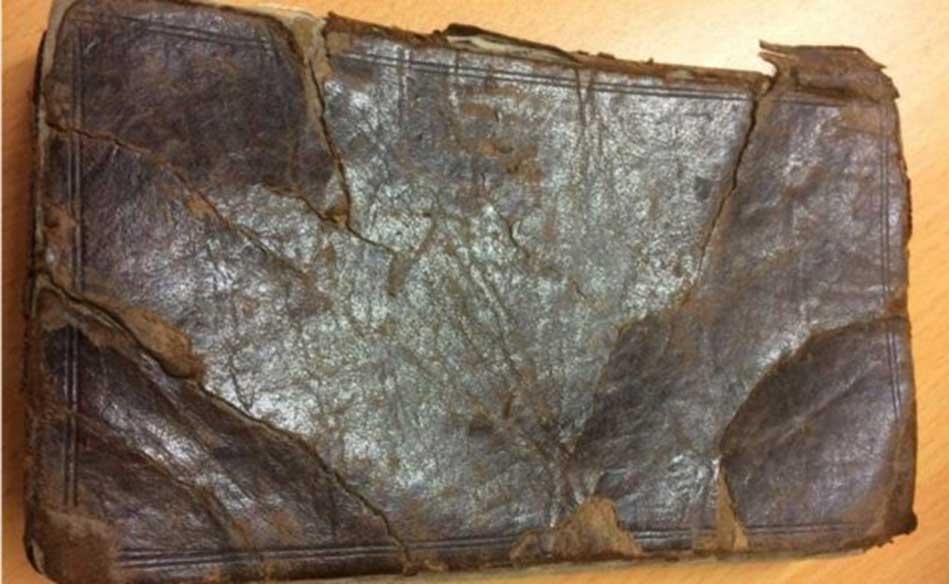 El libro se remonta a 1720 y está encuadernado en cuero. (Imagen: Hanson's Auctioneers)