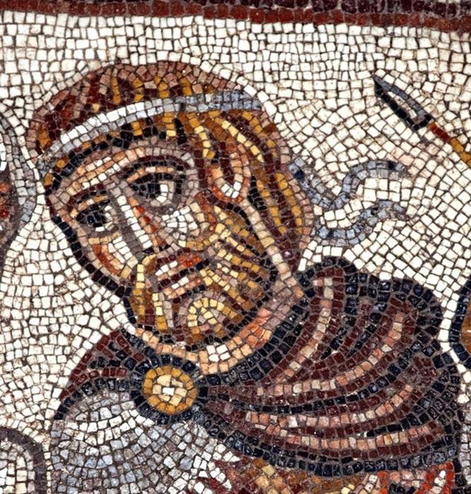 Otro de los mosaicos de la sinagoga en el que podemos ver a un antiguo líder militar griego, posiblemente Alejandro de Macedonia, en el único motivo no bíblico descubierto hasta ahora en este conjunto de mosaicos. (Fotografía: Jim Haberman)