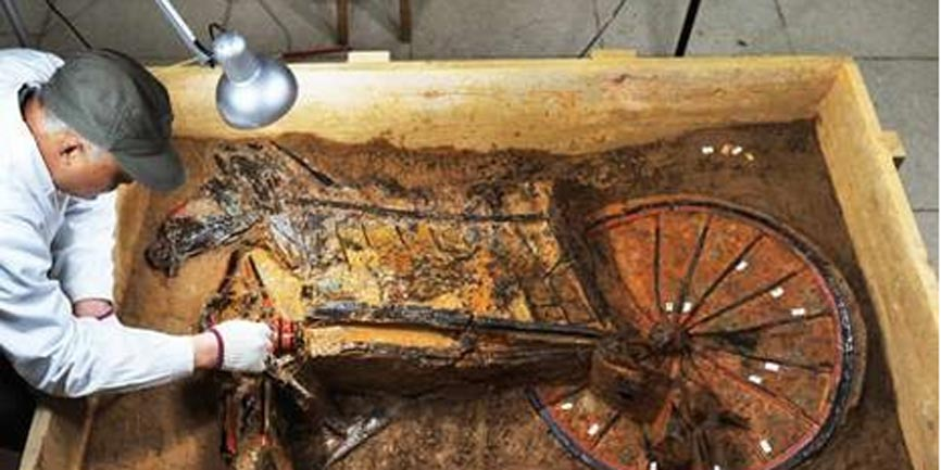 Limpieza de un carro de guerra hallado en la tumba del Marqués de Haihun. (Imaginechina)