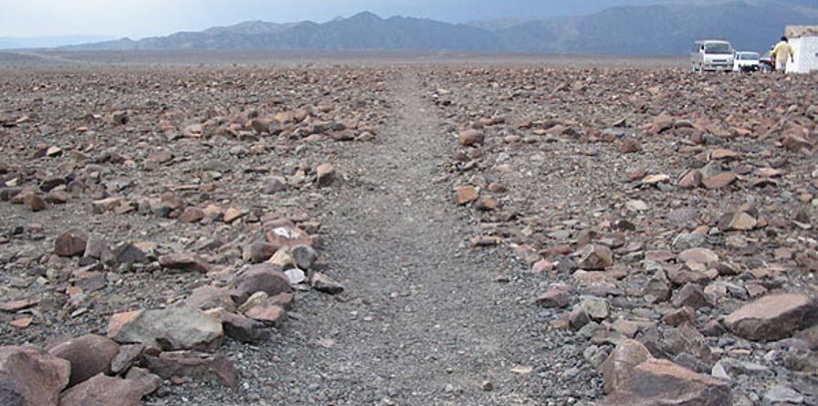 Algunos de los geoglifos fueron trazados retirando las piedras rojizas cubiertas de óxido de hierro que cubren el terreno