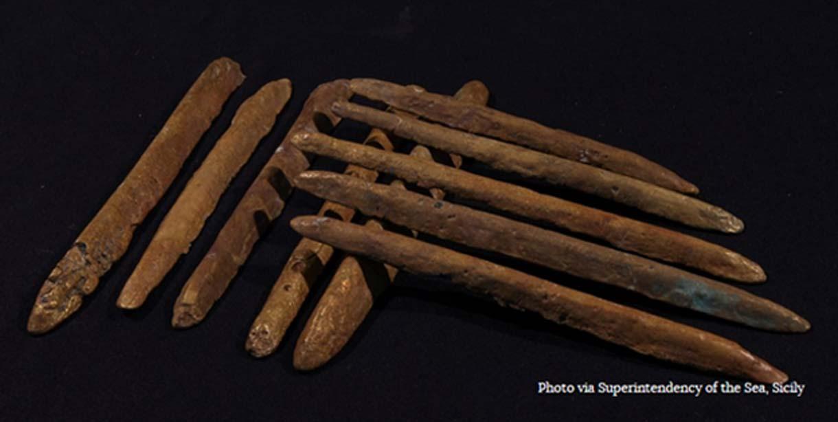 Lingotes de oricalco hallados entre los restos de un barco naufragado hace unos 2.600 años junto a las costas de Sicilia. (Superintendencia del Mar, Sicilia)
