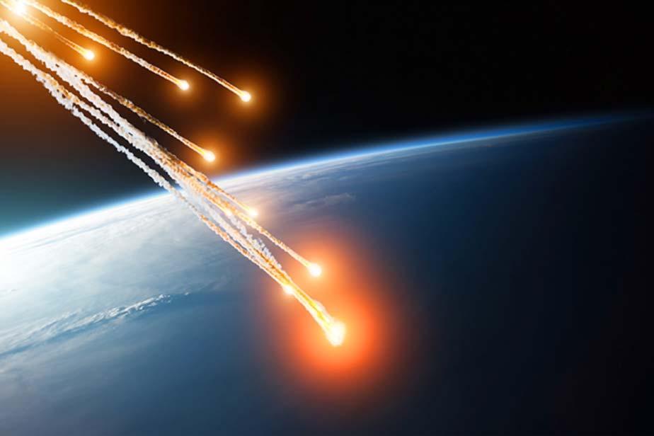 Llamaradas ardientes de varios meteoritos en su caída al entrar en la atmósfera terrestre. Algunos elementos de esta imagen han sido proporcionados por la NASA. (aapsky/Adobe)