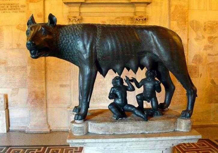 Escultura de la Loba Capitolina amamantando a Rómulo y Remo. Museos Capitalinos, Roma, Italia. (Public Domain)