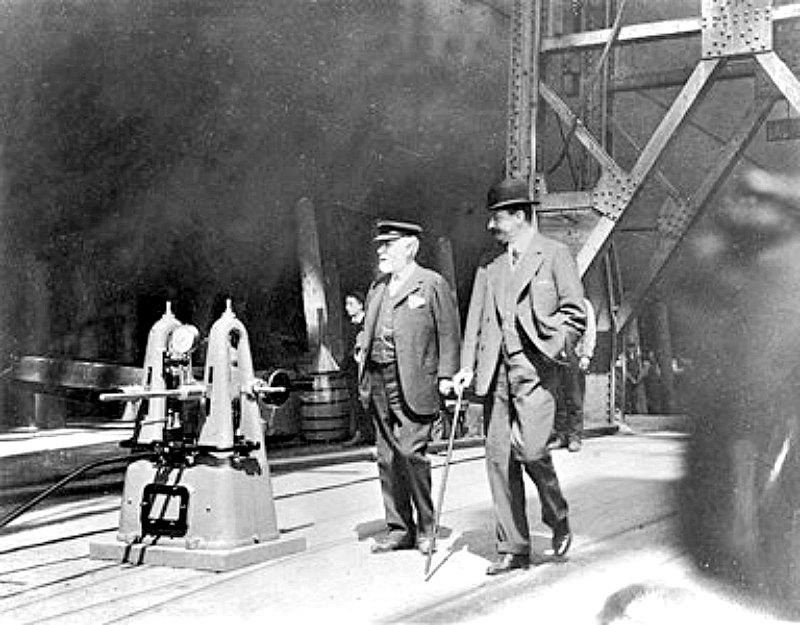 Bruce Ismay y William Pirrie inspeccionando el Titanic antes de su botadura, que se llevaría a cabo el 31 de mayo del 1911. (Public Domain)