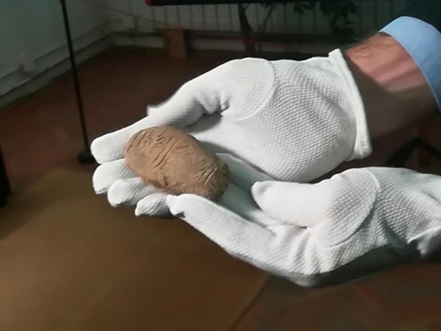 De hace 8.000 años, posiblemente se trate de la más antigua escritura jamás descubierta. Imagen: Sliven District Administration