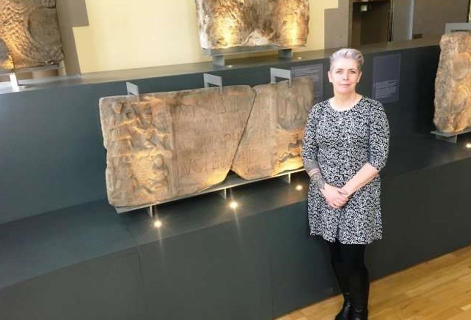 La Dra. Louisa Campbell con la piedra de Summerston en el Museo Hunterian. (Universidad de Glasgow)