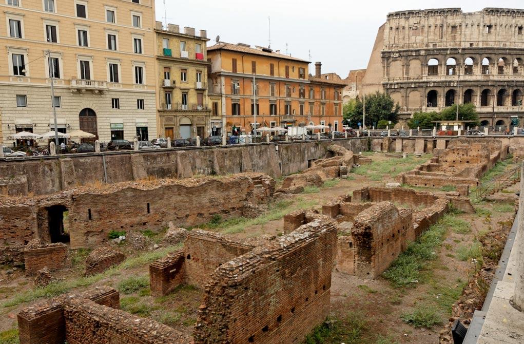 El Ludus magnus de Roma: barracones para gladiadores construidos por el emperador Domiciano (81 d. C. – 96 d. C.), vista desde la Via Labicana. Al fondo, el Coliseo. (Public Domain)