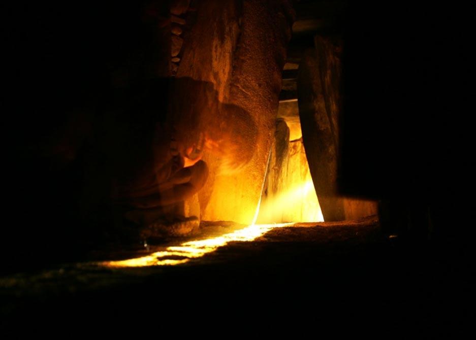 La luz del amanecer del solsticio de invierno penetra en el monumento de Newgrange, fotografía de Cyril Byrne (Irish Times), tal y como aparece en la web de la NASA en su sección Foto Astronómica del Día