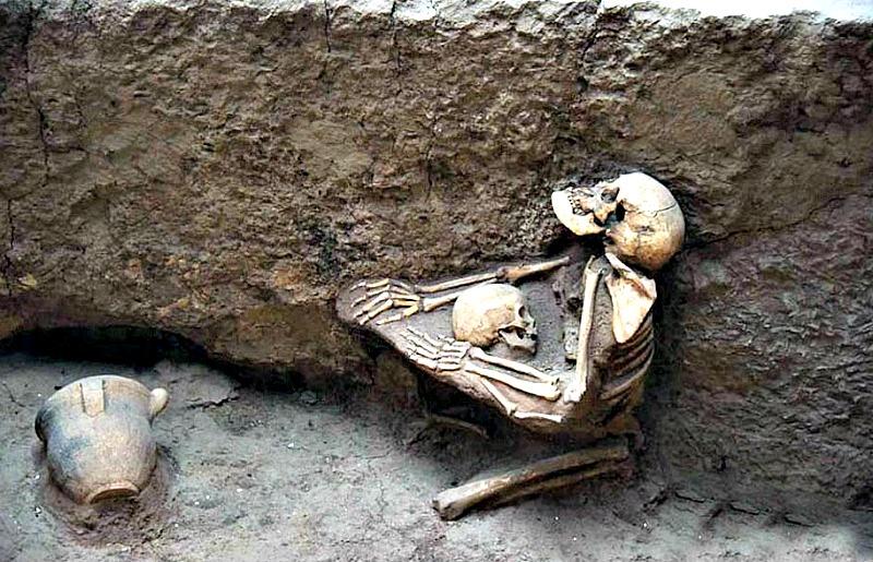 Mujer abrazando a un niño. Museo de las Ruinas de Lajia. (Fotografía: EuroPics / CEN/Ancient-Origins)