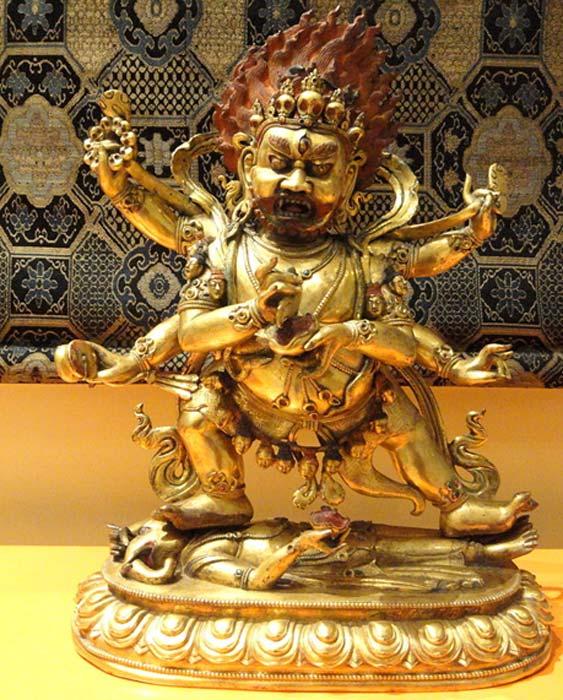 Mahakala, al que vemos aquí en una estatuilla tibetana, está considerado tanto un aspecto del Bodhisatva de la Compasión Infinita como un avatar de Shiva. (Wikimedia Commons photo/Daderot)