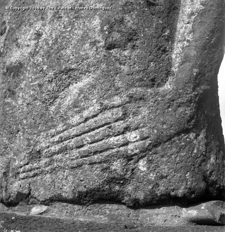 Detalle de las manos talladas sobre algunos moais de la Isla de Pascua. (Fotografía: The Estate of Lorenzo Domínguez)