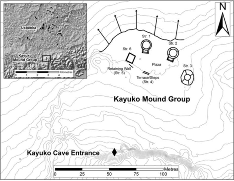 Mapa basado en los datos obtenidos mediante LiDAR (Laser Imaging Detection and Ranging – Toma de imágenes, detección y medición por láser) en el que se observa el complejo ritual en conjunto (Kayuko Naj Tunich y el Grupo de Túmulos de Kayuko); en la imagen inserta arriba a la izquierda podemos apreciar la cercanía entre Uxbenká y el complejo ritual. (Cortesía del Uxbenká Archaeological Project y el Uxbenká Cave Project).