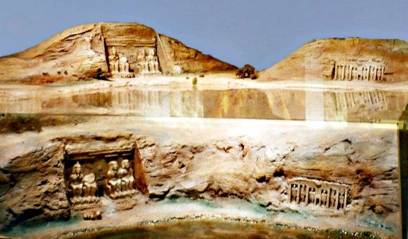 Maqueta a escala que muestra la ubicación original y la actual del Templo de Abu Simbel (con respecto al nivel del agua). Museo de Nubia, Asuán, Egipto. (Public Domain)