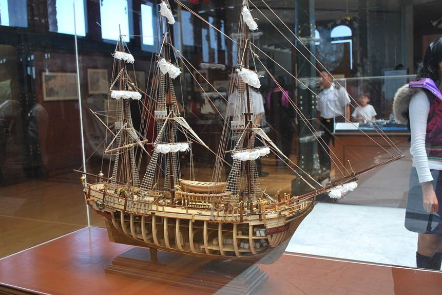 Maqueta de un galeón españól expuesta en el Museo de Historia Naval de Ciudad de México (Fotografía: Alejandro Linares Garcia/Wikimedia Commons)