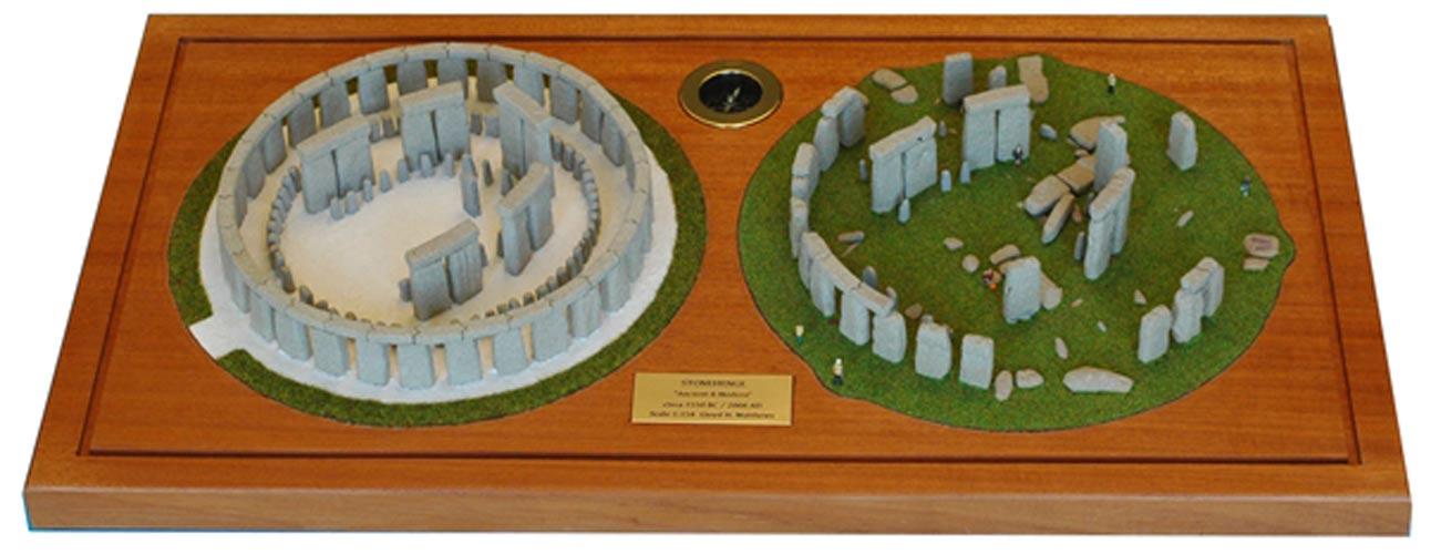 Las maquetas de Stonehenge realizadas por Lloyd Matthews: a la derecha, el famoso monumento megalítico en la actualidad. A la izquierda, su probable aspecto original. Fotografía: Lloyd Matthews