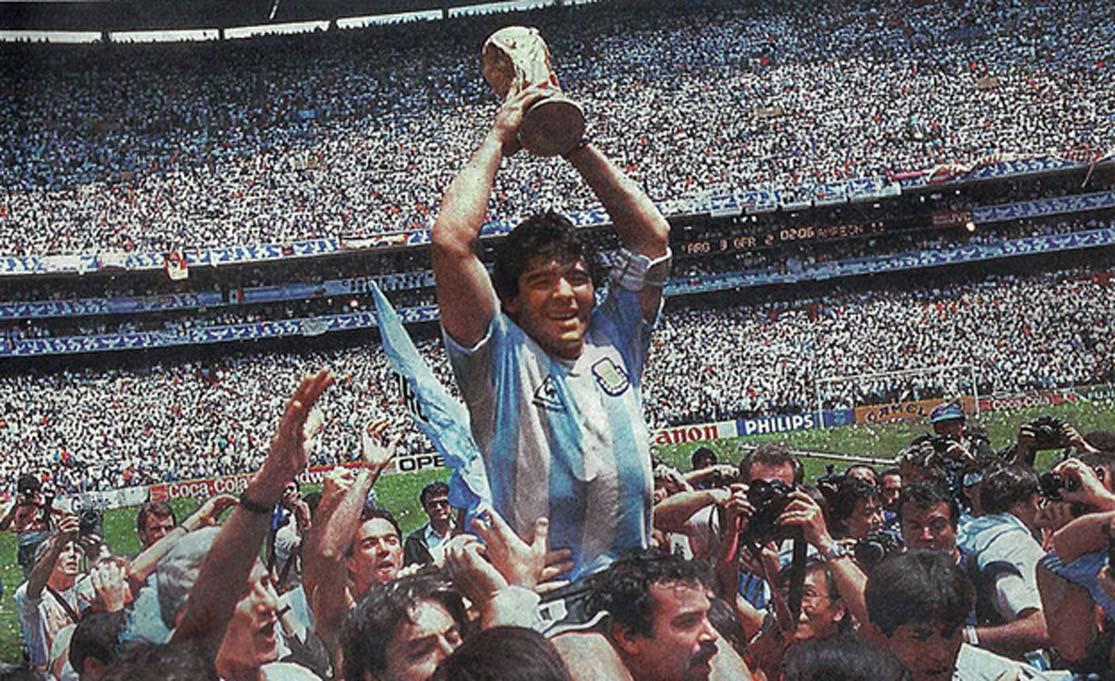 Maradona levanta la Copa del Mundo para Argentina en 1986. (Dominio público)