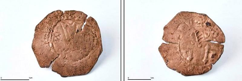 Anverso y reverso de uno de los cuatro maravedíes recuperados. (Fotografías: Efefuturo/ José Guillén/Tibicena)