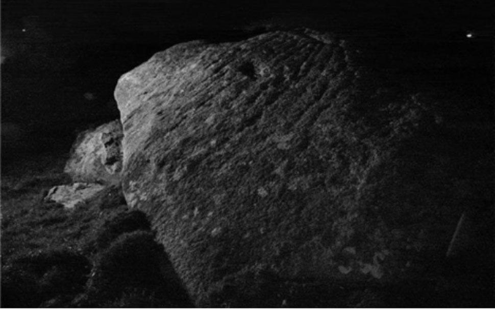 Las marcas sobre la piedra salieron a la luz gracias al 'flash' de una cámara, y en el pasado habrían podido observarse a la luz de la luna. Fotografía: Dr. Andy Jones
