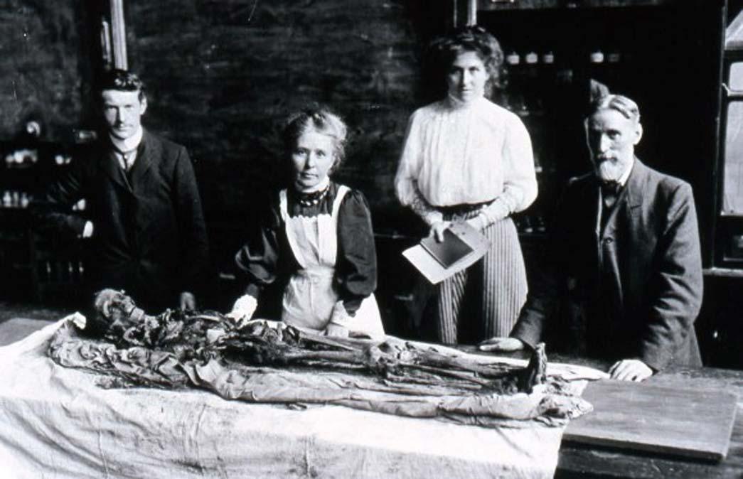 Margaret Murray desenvuelve la momia de Khnum-Nakht. Fotografía: The Manchester Museum