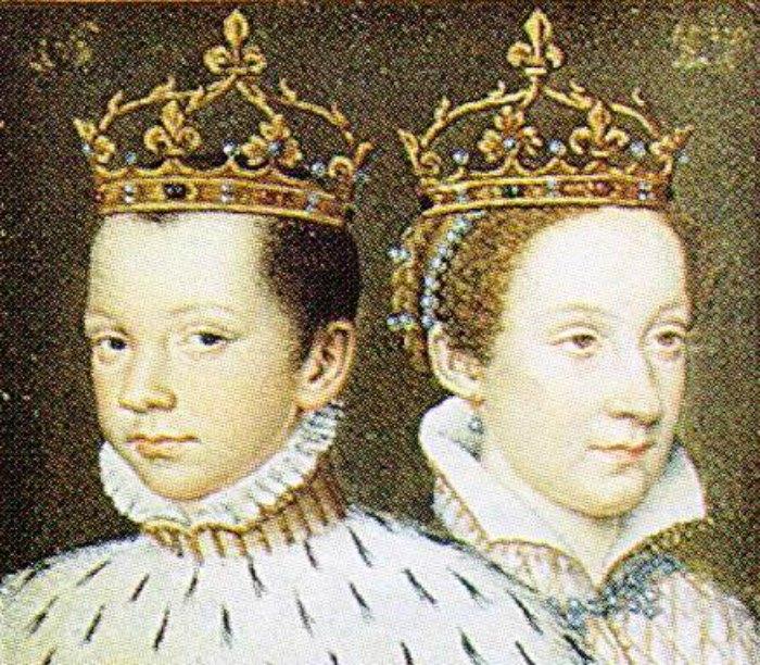 María coronada reina de Francia junto a su primer esposo, el rey Francisco II. (Public Domain)