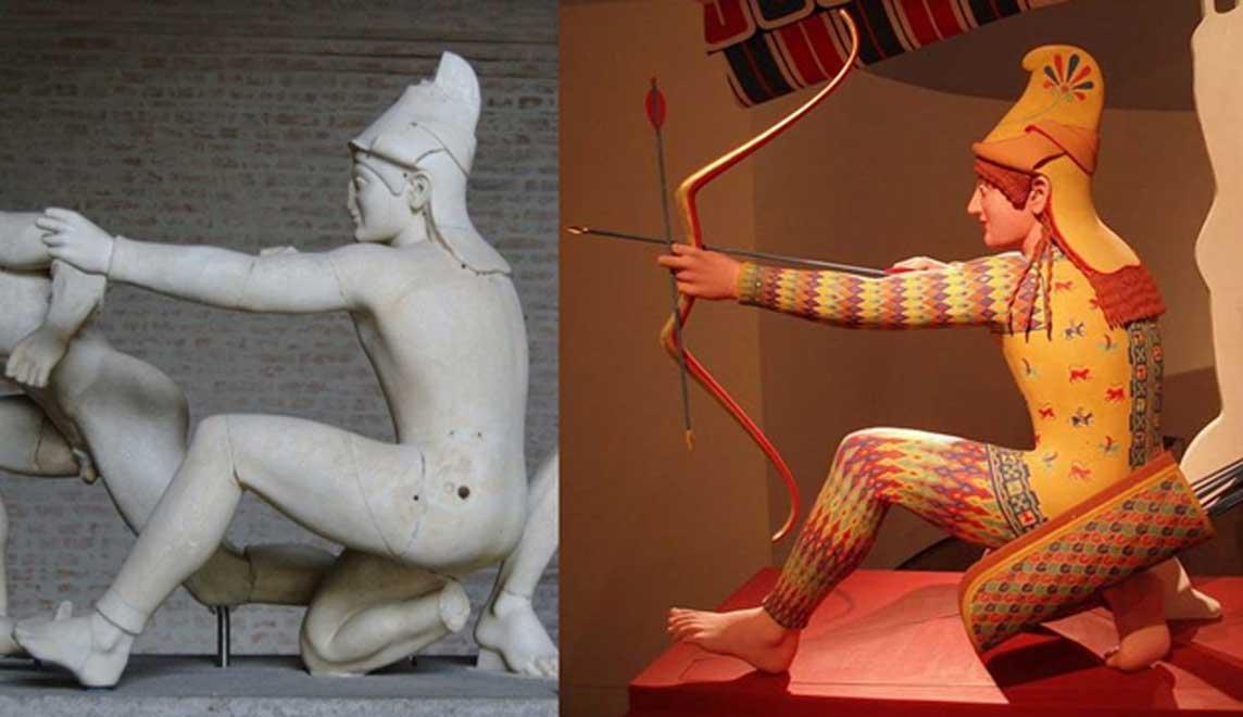 """Derecha: arquero troyano original (conocido como """"Paris""""), figura W-XI del frontón occidental del Templo de Afea, ca. 505–500 BC.(Dominio público). Derecha: Reconstrucción policromada realizada para la exposición 'Bunte Götter' (""""Dioses en color""""). (CC BY-SA 2.5)"""