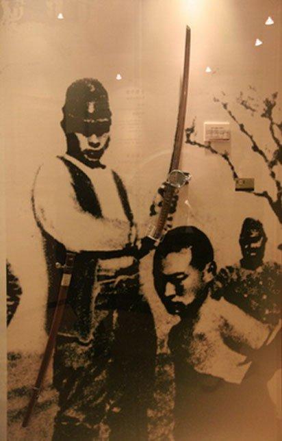 """Espada utilizada en el """"concurso"""" de asesinatos de Nanjing, expuesta en el Museo de las Fuerzas Armadas de la República de China ubicado en Taipei, Taiwán (Dominio público)"""