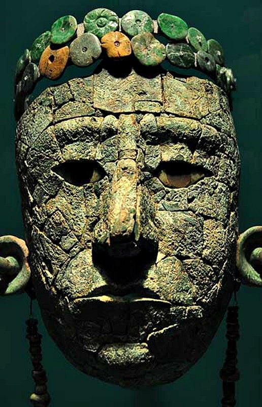 Los estudios realizados sobre 44 piezas de la máscara, las orejeras, la diadema y el collar de la Reina Roja la vincularían con antiguas urbes del golfo de México. (Fotografía: Héctor Montaño/INAH)
