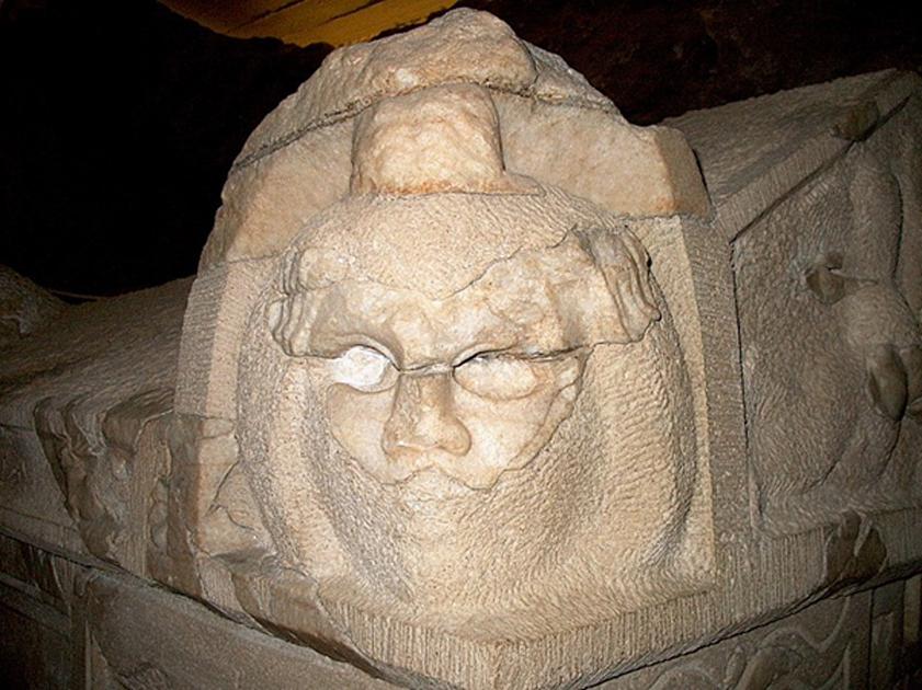Máscara teatral esculpida en piedra en un sarcófago de la necrópolis de Pécs (Casaba P/CC BY 4.0)