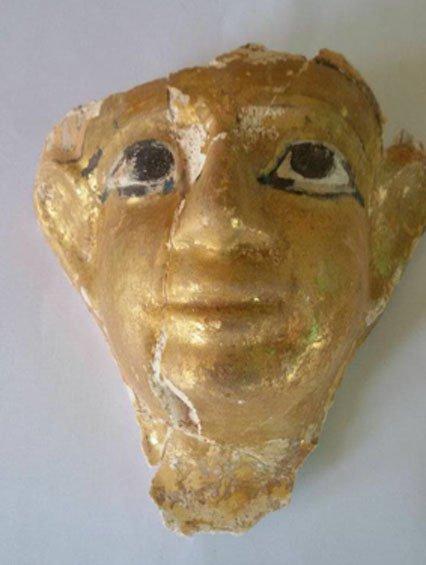 La máscara funeraria hallada en una de las tumbas. (Ministerio de Antigüedades)