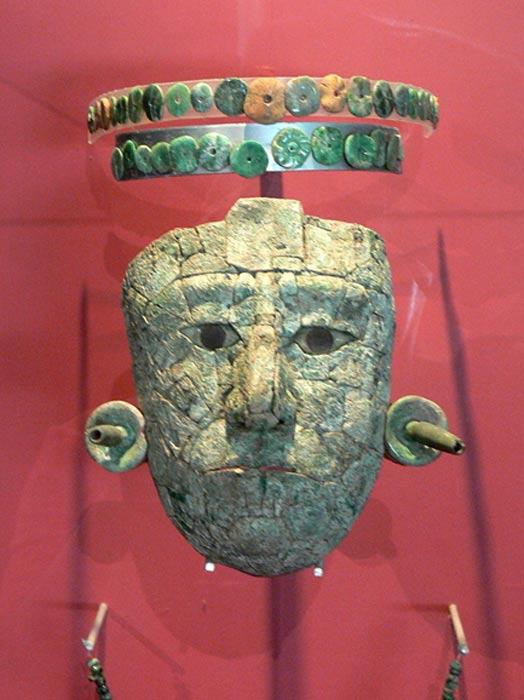 Máscara de la Reina Roja hallada en la tumba descubierta en el Templo XIII. La diadema y la máscara están hechas de piezas de jade y malaquita. (Wolfgang Sauber/CC BY SA 3.0)