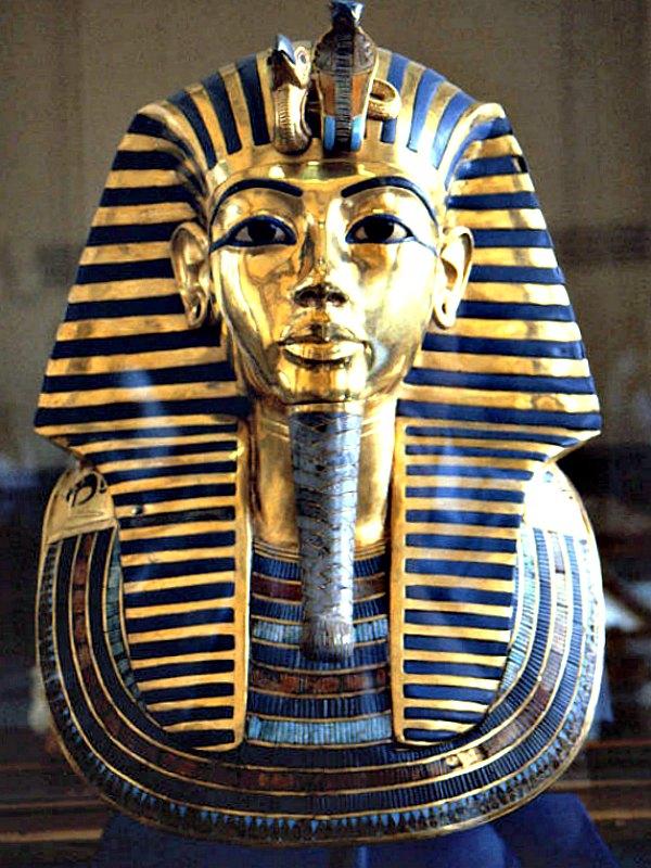 Máscara funeraria de Tutankamón, realizada en oro batido con incrustaciones de pasta de vidrio y turquesas. Es una de las imágenes más conocidas del arte del Antiguo Egipto. Museo Egipcio de El Cairo. (Public Domain)