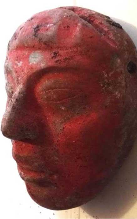 Máscara de jade del Enterramiento 80, pintada de rojo con pigmento de cinabrio. (Proyecto Arqueológico Waka' y Ministerio de Cultura y Deportes de Guatemala)