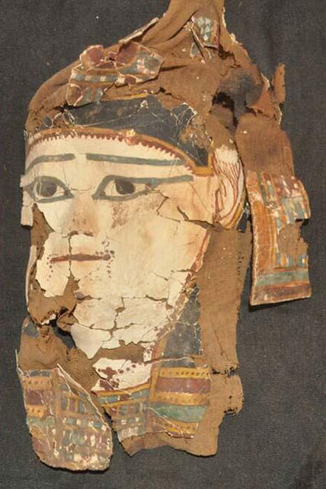 Máscara funeraria pintada que forma parte de uno de los ajuares funerarios hallados recientemente en Asuán. (Ahram Online)