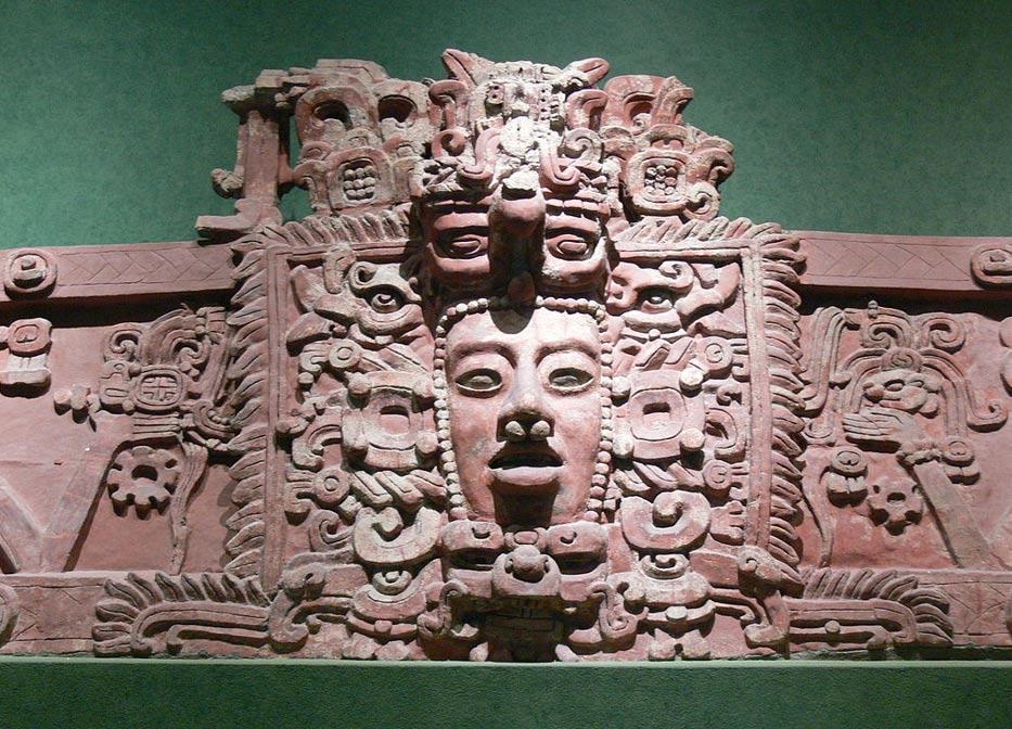 Máscara maya. Friso de estuco descubierto en Placeres, Campeche. Período Clásico Temprano (c. 250 d. C. – 600 d. C.) (CC BY-SA 3.0)
