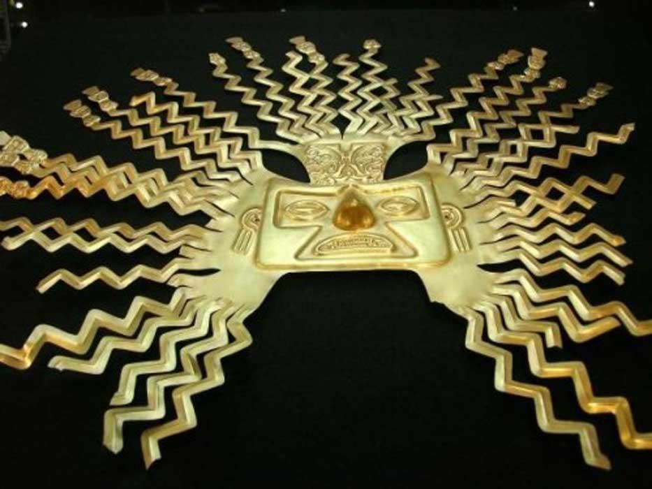 Máscara de oro con la efigie del dios Inti hallada en el antiguo asentamiento de La Tolita. Este diseño es habitual en las máscaras de Inti, con rayos en zig-zag naciendo de la cabeza y rostros o figuras humanas en sus extremos. Museo Nacional de Quito (Ecuador) (CC BY NC SA)