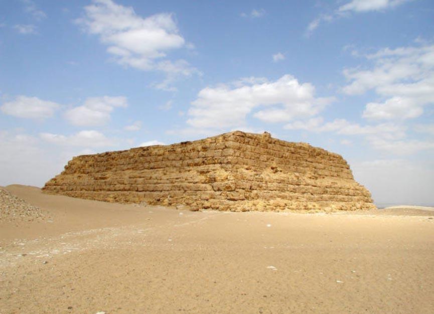 Antiguo prototipo de pirámide: la Mastaba al-Fir'aun de Saqqara. Licencia pública.