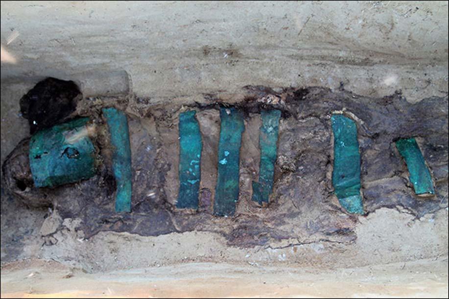 La matriz que albergaba la momia de este individuo adulto se encontraba cubierta de placas de bronce de la cabeza a los pies. Fotografía: Alexander Gusev