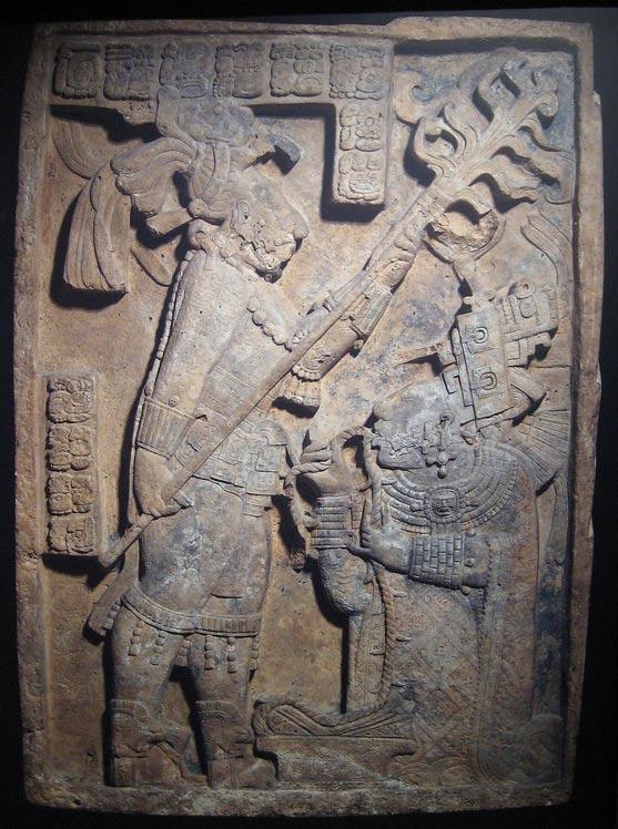 Relieve maya de Yaxchilán en el que la Señora Xoc, miembro de la realeza, lleva a cabo un ritual de derramamiento de sangre pasando una cuerda con cristales de obsidiana incrustados a través de su lengua. (Public Domain)