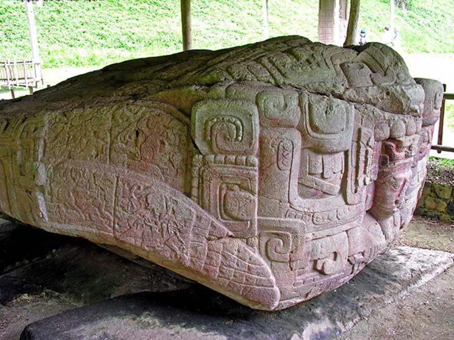 Esta gran roca de 4 metros de largo y 2 metros de alto fue esculpida en toda su superficie para representar un grotesco monstruo de dos cabezas. Simboliza un concepto cosmológico maya encarnado por un monstruo bicéfalo reptiliano (crocodílido) (Dennis Jarvis/CC BY SA 2.0)