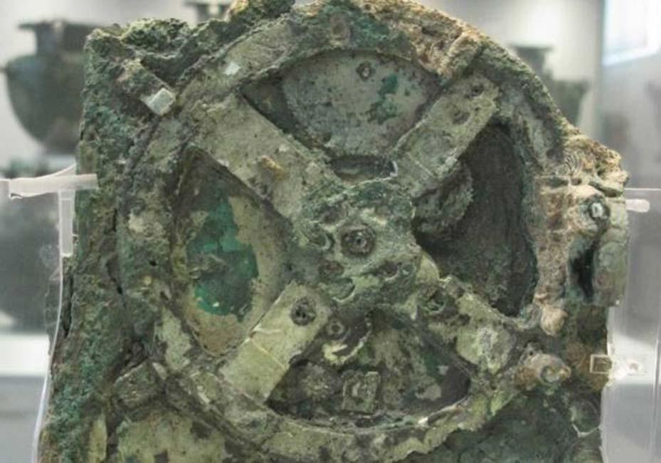 El sorprendente Mecanismo de Antikythera, hallado entre los restos de un antiguo barco hundido junto a la isla griega de Antikythera (Grecia). (Tilemahos Efthimiadis / flickr)