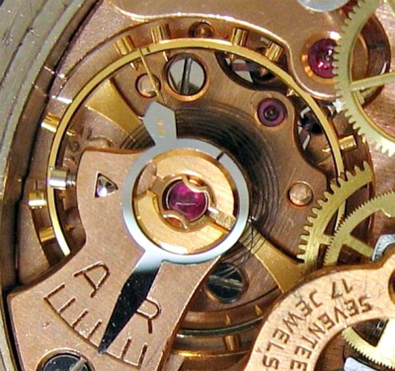 """""""¿Cuál de estos dos relojes funciona mejor, el que da la hora exacta una vez al año, o el que nos indica la hora correcta dos veces al día?, planteaba a sus lectores Lewis Carroll en su paradoja del reloj. En la imagen, mecanismo interior de un reloj mecánico. (Public Domain)"""