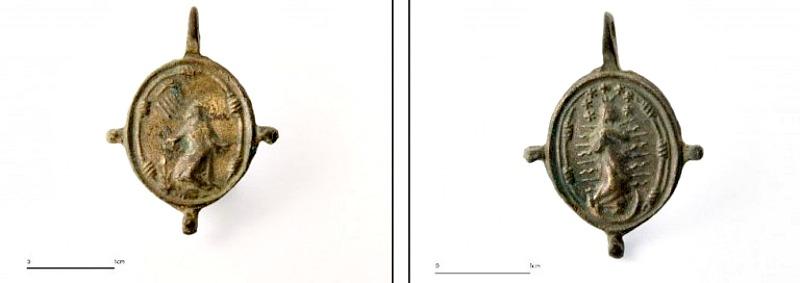 Anverso y reverso de la medalla del santo de Asís encontrada en el cementerio de esclavos de Santa María de Guía (Gran Canaria). (Fotografía:Efefuturo/José Guillén).