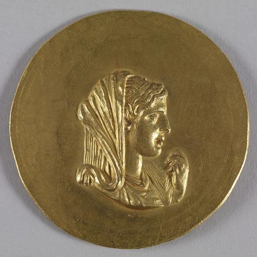 Medallón de oro de la Roma imperial con la efigie de Olimpia, madre de Alejandro Magno. (Public Domain)