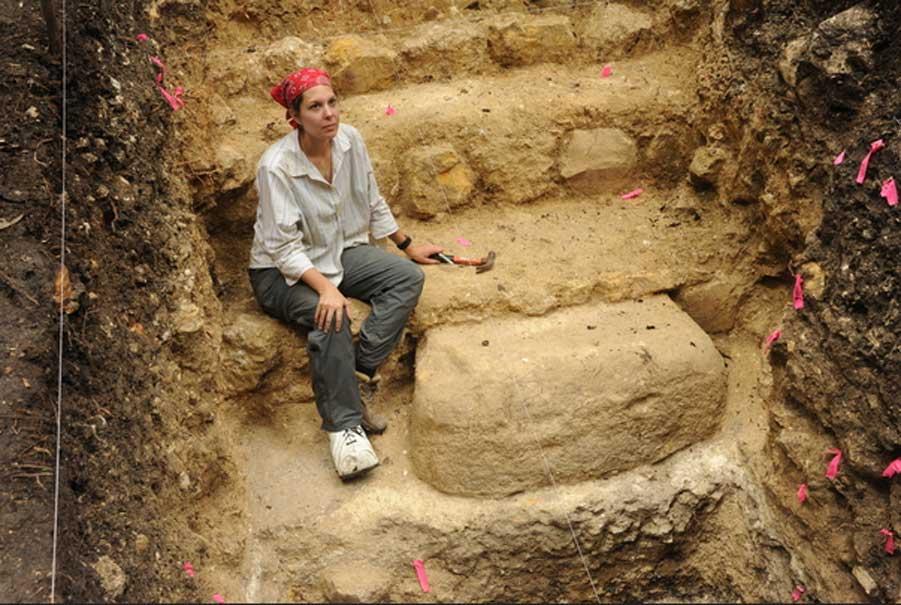 La estudiante de posgrado de la Universidad de Arizona Melissa Burham trabaja en un monumento de piedra erigido justo antes del colapso preclásico del siglo II d. C. (Fotografía: Takeshi Inomata)
