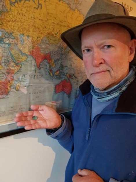 """El hallazgo fue realizado por el grupo de investigación Past Masters (""""Maestros del Pasado""""). Aquí podemos ver a Mike Hermes mostrando la antigua moneda recientemente descubierta. (Past Masters)"""
