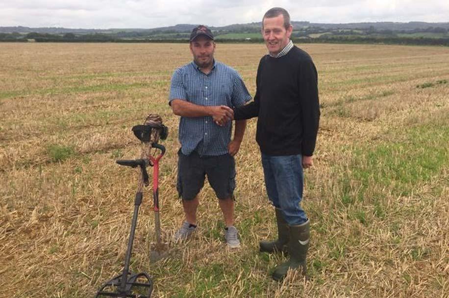 Mike Smale (izquierda) detectó las monedas en las tierras de labranza propiedad de Anthony Butler (derecha) (Fotografía: SWNS)