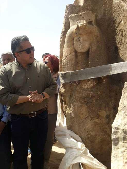 El Ministro de Antigüedades egipcio examina la estatua recientemente descubierta de la reina Tiy. (Fotografía: Ministerio de Antigüedades de Egipto)