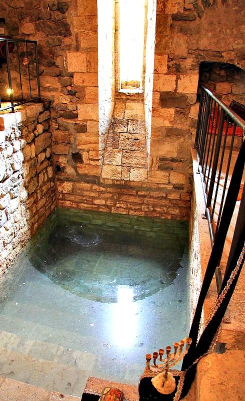 Interior del antiguo mikvé (baño judío) de Besalú, Girona, España. (Raimer/CC BY-SA 3.0)