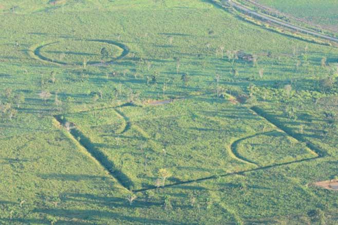 Las misteriosas figuras geométricas trazadas sobre el terreno se encuentran en la Amazonia. (archaeology & arts)